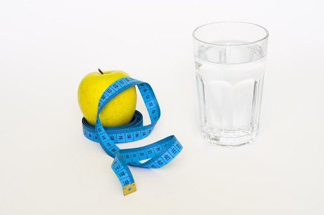 jablko, voda a metr