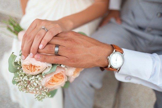 ruce novomanželů