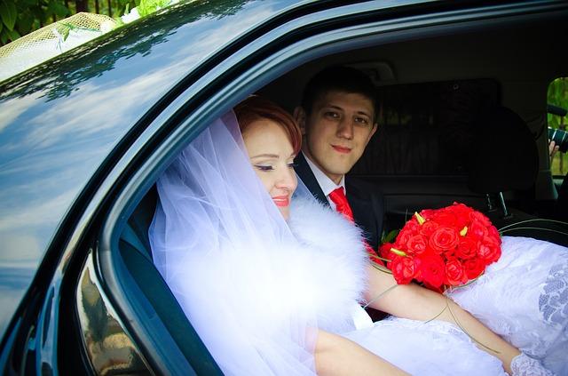 nevěsta a ženich v autě