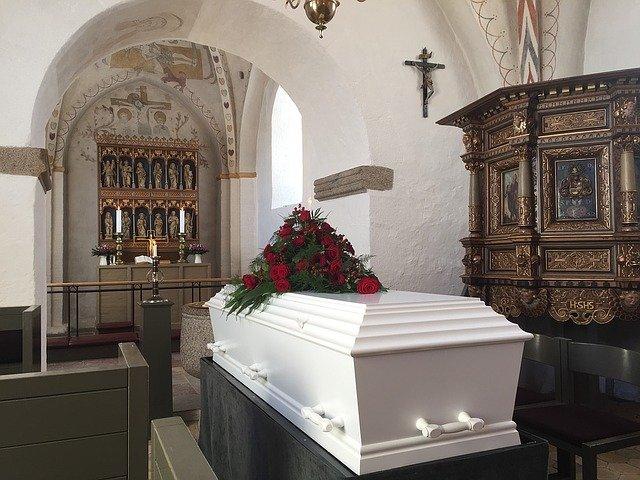 rakev v kostele