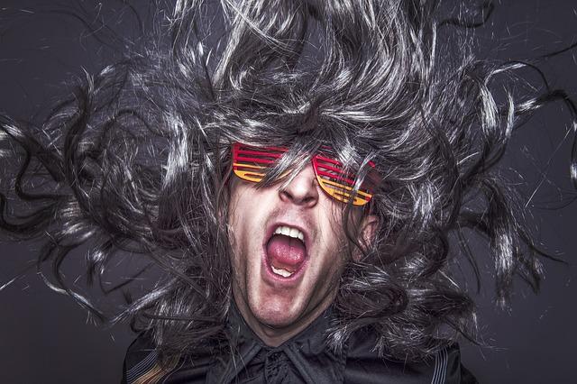 muž, brýle, vlající vlasy