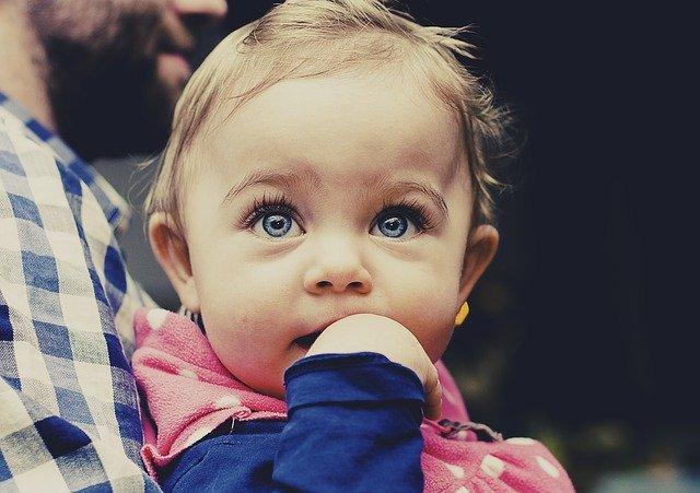 modrooká holčička
