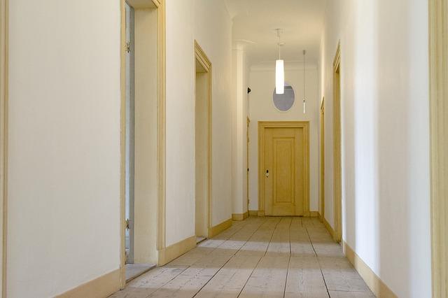 dveře na chodbě