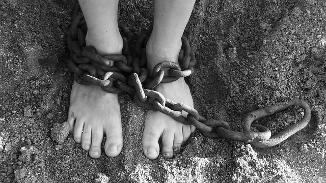 nohy v řetězech