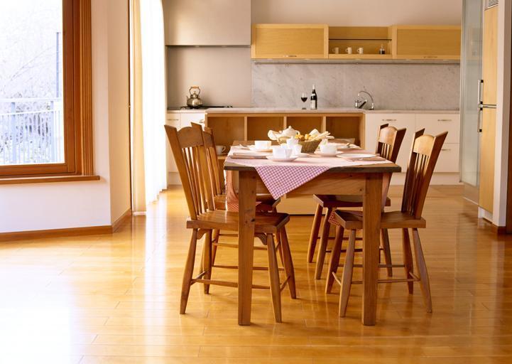 světlé dřevěné židle