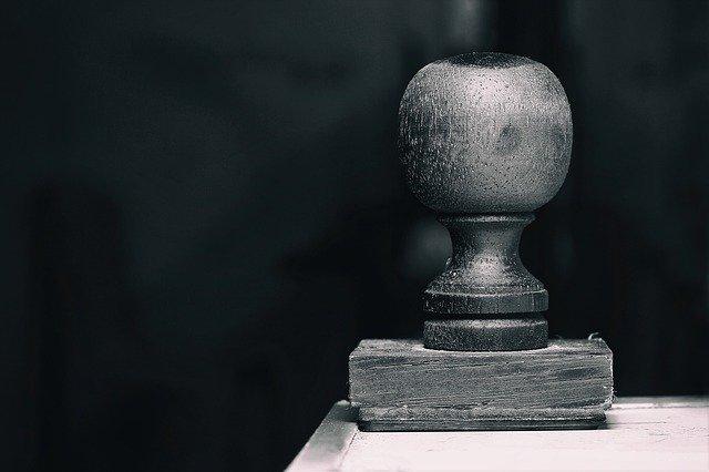černobílá fotka úředního razítka na stole
