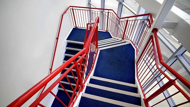 schody s červeným zábradlím, moderní design.jpg