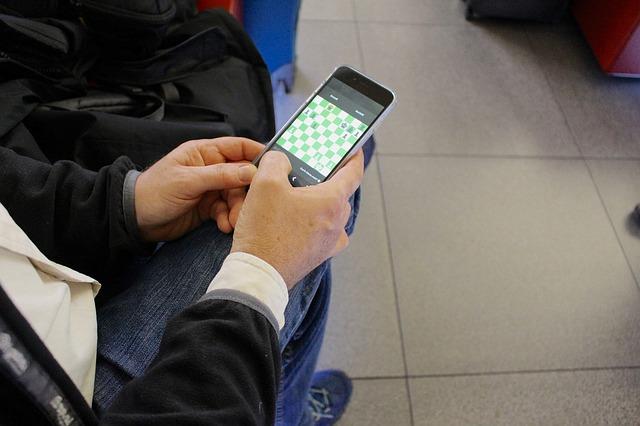 hraní na mobilu