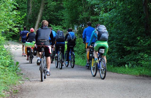skupina cyklistů na výletu