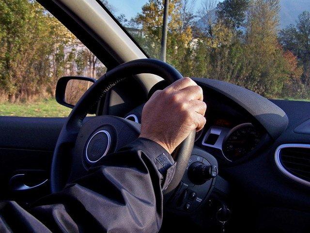 řidič za volantem